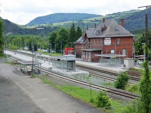 Bahnhof mit Backsteingebäude