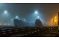 Güterwagen im Nebel