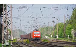 Güterzug-im-Oberleitungsdschungel