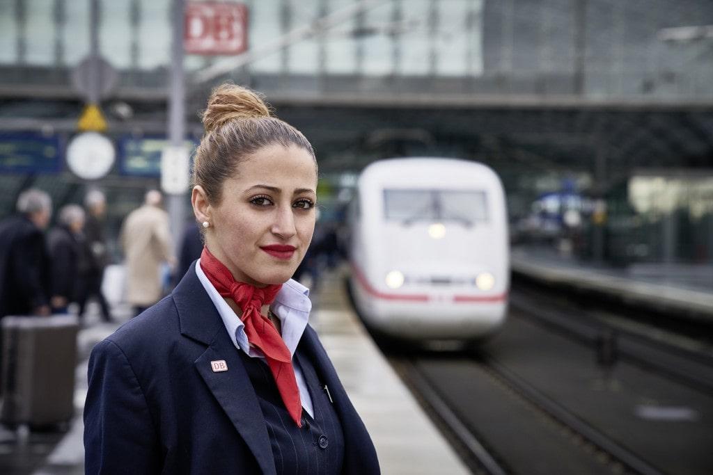 Zugbegleiterin vor ICE, Deutsche Bahn