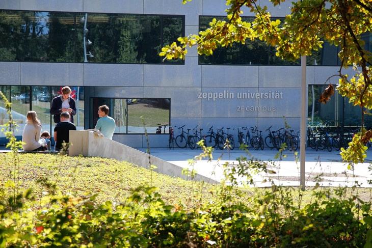 Zeppelin Universität Schriftzug an Gebäude