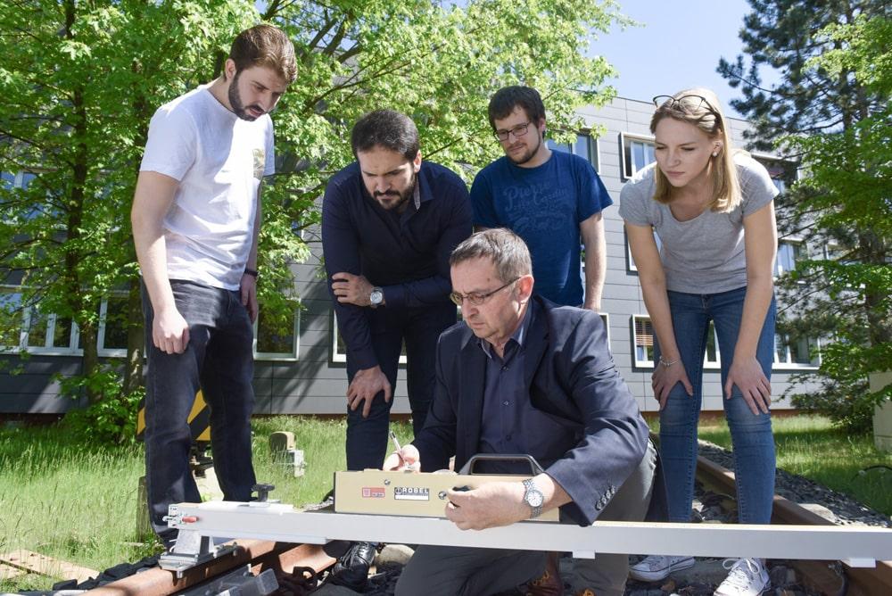 BTU Cottbus: Dozent und Studierende im Freien